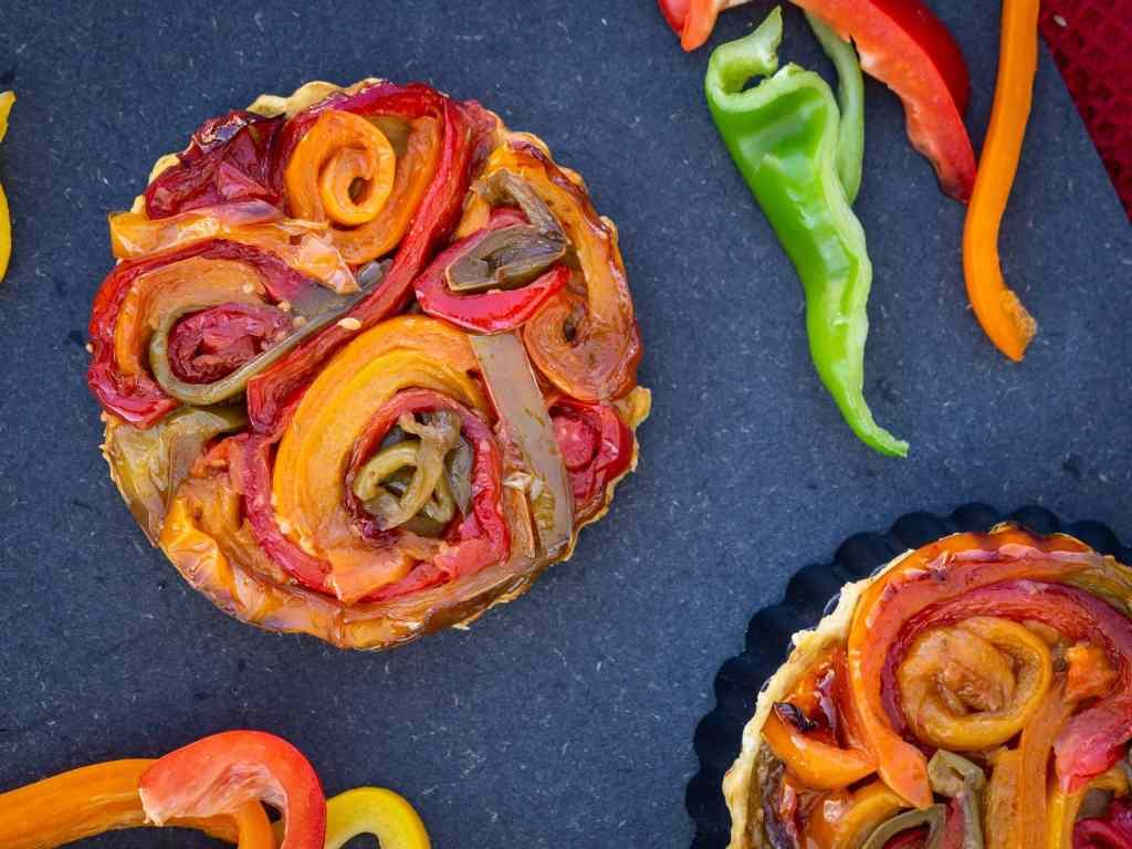 Une recette de tarte tatin vegan avec des poivrons caramélisés à la sauce soja sucrée.  Recette vegan, végétalienne, végétarienne.