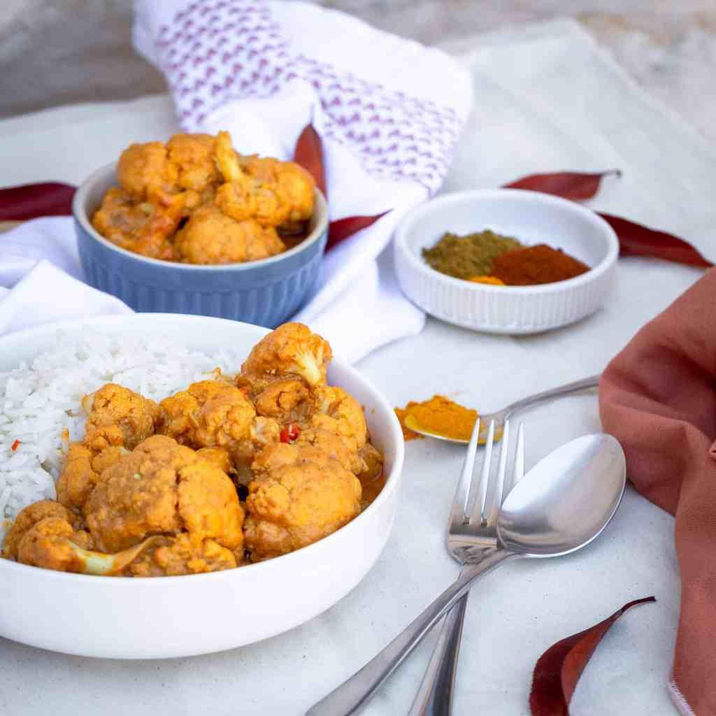 Une recette de chou fleur crémeux dans une sauce à la coco et au garam massala ! Recette vegan, végétalienne et sans gluten. Végétarien.