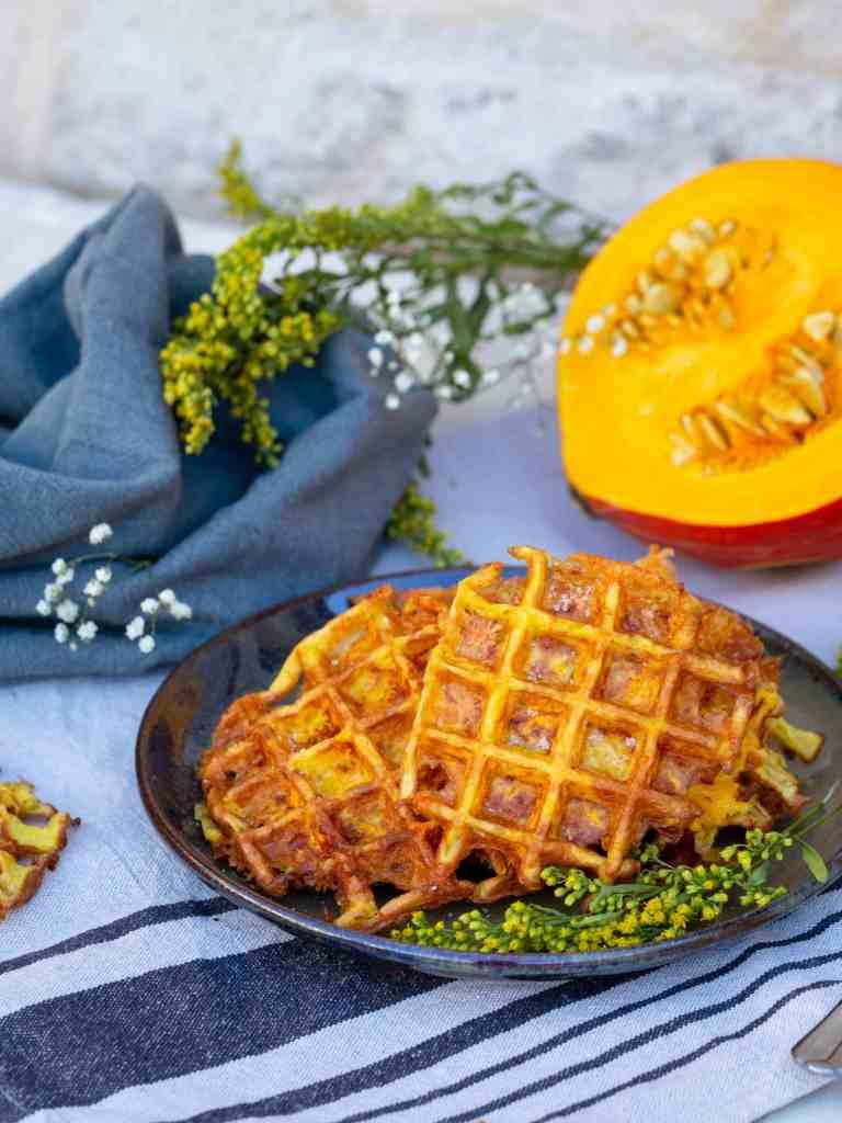 Une recette super rapide, simple et gourmande de gaufres aux légumes (sans gluten, et végétariennes) à base de potimarron râpé et de reblochon !