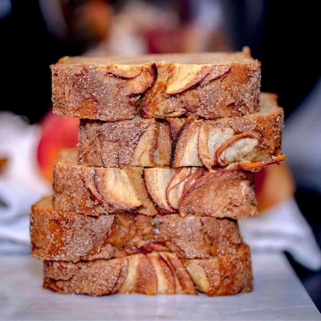 Un cake aux pommes et à la cannelle façon pudding, ultra moelleux et délicieux ! Plein de saveurs et facile à faire, à base de vraies pommes et de compote de pommes