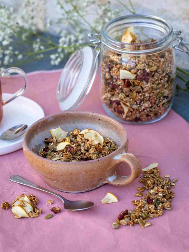 Croustillant et sain avec de la pomme et de la cannelle mais surtout des graines de tournesol, de courge et du quinoa. Telle est la définition du parfait granola de saison !