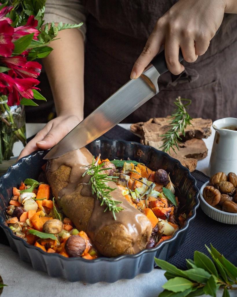 Découvrez cette recette de rôti vegan, avec une base de haricots blancs et une farce à la pomme et à la châtaigne.