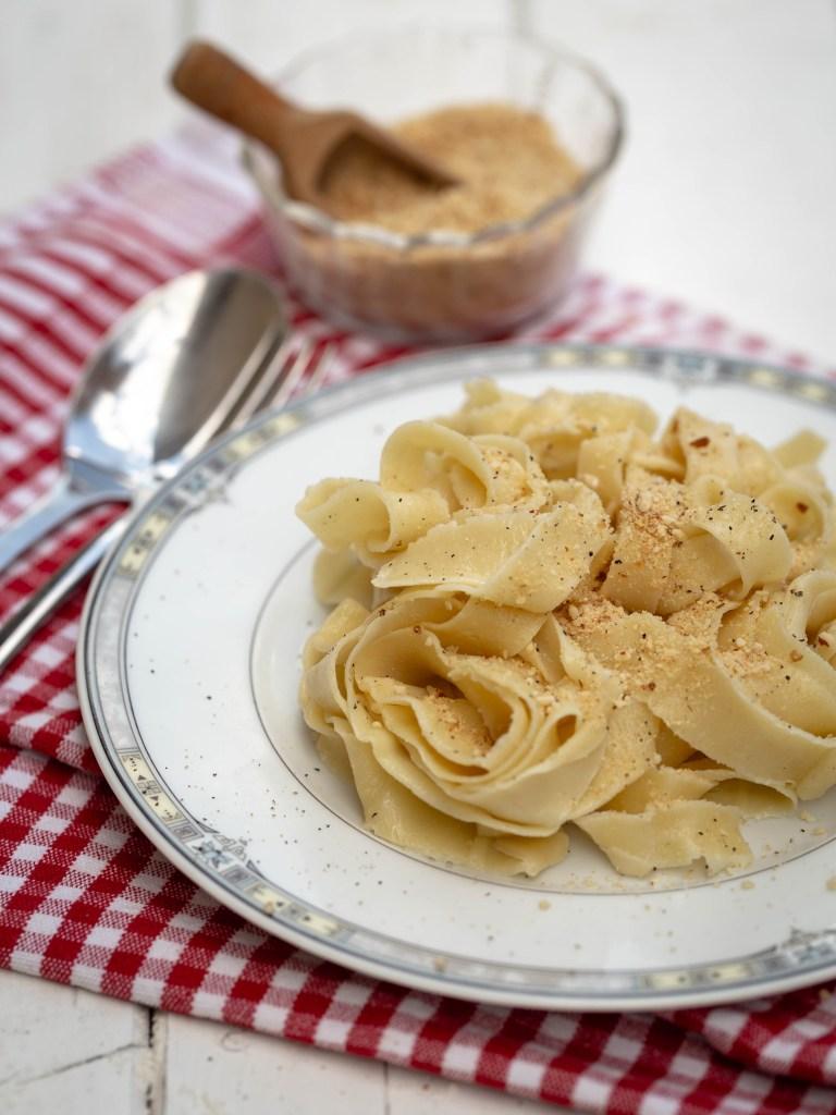 Voici la recette simple et rapide pour faire votre propre parmesan végétal, idéal pour accompagner vos plats de pâtes, vos salades et autres préparations !