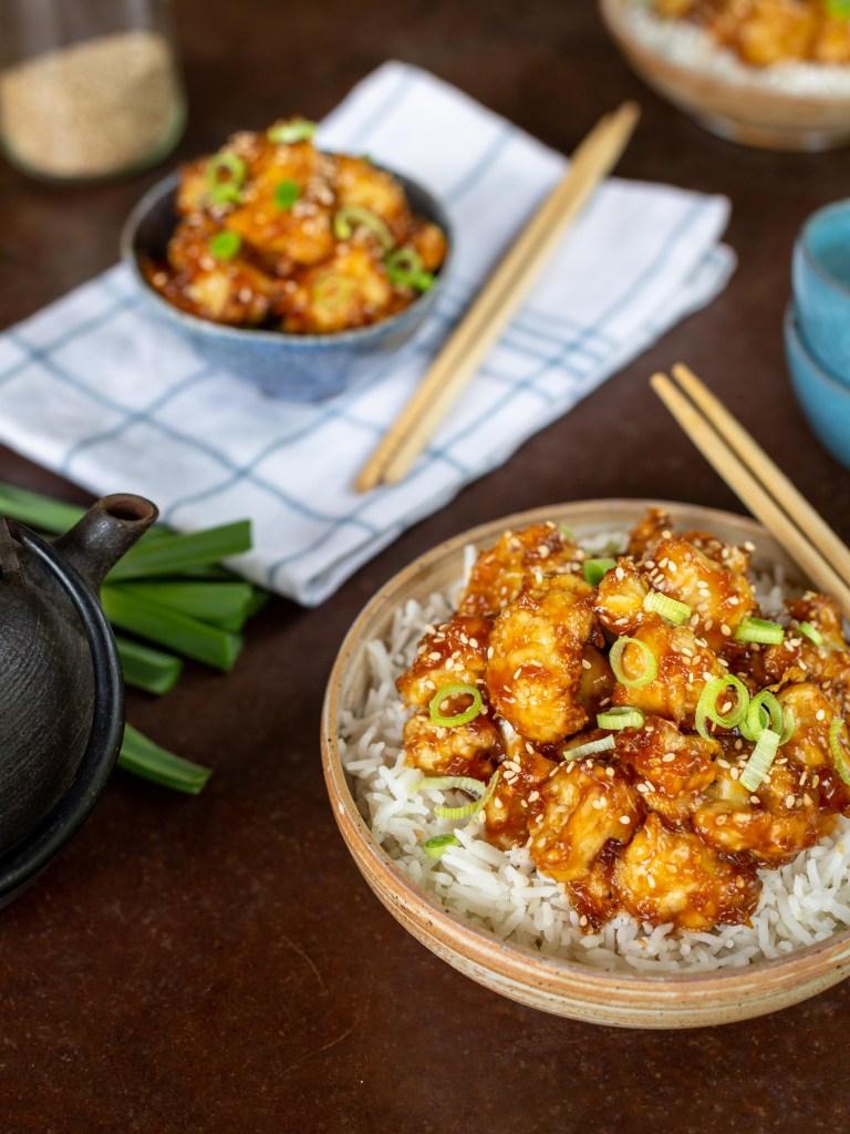 Découvrez cette façon de cuisiner le chou fleur, dans une sauce caramélisée au sésame et au gingembre (d'inspiration coréenne) ! Cette recette est végane.