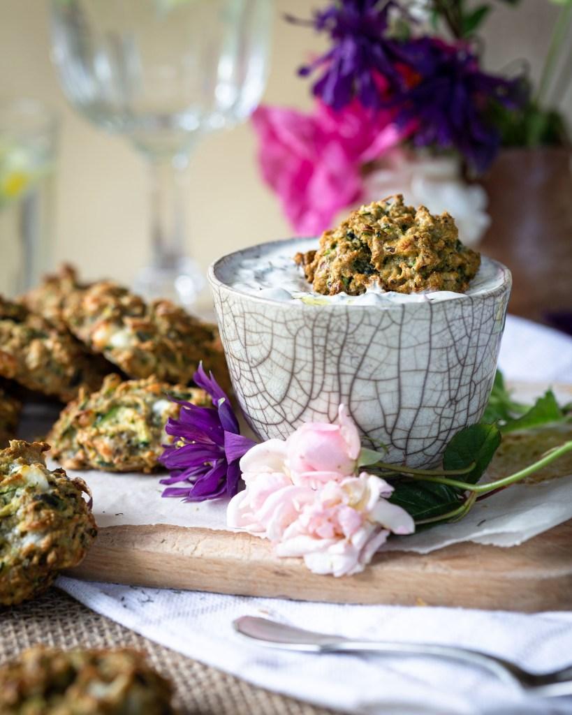 Voici une recette de bouchées super moelleuses aux courgettes et à la fêta, sans gluten ! Idéales pour un apéro avec une sauce au yaourt bien fraiche !