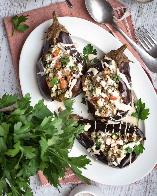 Découvrez cette recette d'aubergines farcies aux légumes du soleil et aux lentilles, avec une sublime sauce bien crémeuse au tahini :) Cette recette est vegan et sans gluten !