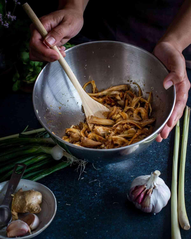 Découvrez cette recette de petits pains vapeur garnis de pickles au vinaigre de riz, de pleurotes grillées à la citronnelle et de coriandre ! Un vrai délice 100% vegan !