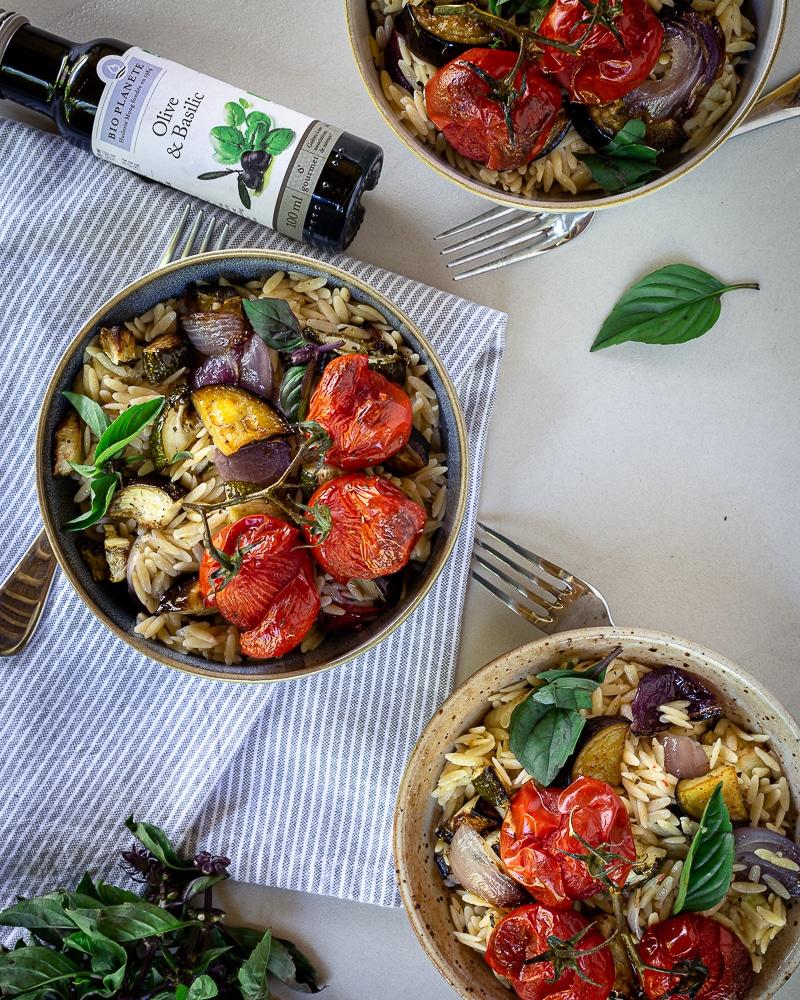 Salade aux Légumes d'Été et Petites Pâtes Orzo  Avez-vous déjà entendu parler des Orzos ? Ces petites pâtes en forme de grains de riz, qu'on trouve aussi sous le nom de Risoni ! En Grêce, on les utilise notamment pour faire du Youvetsi https://www.google.com/search?client=firefox-b-d&q=youvetsi mais c'est encore toute une autre histoire ! Un jour, promis, je ferai une recette de youvetsi végé ! Mais en attendant, quand Bio Planète nous a demandé de créer une recette avec leur nouvelle huile d'olive au basilic, je me suis dit qu'il nous fallait quelque chose de frais, et de méditerranéen, avec de bons légumes de saison ! https://www.greenweez.com/bio-planete-m12109   Il n'y a rien de compliqué dans cette recette, quelques légumes d'été rôtis à l'huile d'olive et au vinaigre, un peu d'ail, de l'huile au basilic et mes petites orzos ! Concernant les nouvelles huiles Bio Planète, je dois avouer que je n'ai pas tout à fait convaincue que j'allais aimer au premier abord. Vous me connaissez, j'aime faire les choses moi-même et surtout savoir ce qu'il y a dans ce que je mange !  J'avais d'ailleurs fait un recette d'huile parfumée au basilic maison pour le blog que vous pouvez retrouver ici (et qui est très bonne ;)).  C'est pourquoi, je réservais vraiment mon jugement. Mais, je dois dire que cette fois-ci j'approuve complètement. J'ai testé l'huile d'olive au basilic, celle à l'ail et celle au citron, et j'ai été impressionnée par la puissance des saveurs, et la compo, qui est nickel (c'est-à-dire qu'il n'y a rien d'autre que l'huile et le basilic ou l'ail ou le citron).  Si vous n'avez pas envie de vous prendre la tête à faire vos propres huiles parfumées, alors celles-ci sont une très bonne alternative !  Cette recette a été créée dans le cadre d'un partenariat rémunéré et vous pouvez bénéficier d'un code promo de 10% sur les produits BIO PLANÈTE suivants : Huile olive & ail 100ml, Huile olive & basilic 100ml , Huile d'olive O'citron 100ml avec le code BIOPLANETE. Offre v