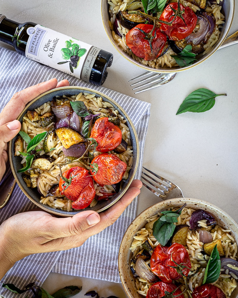Voici une recette super simple pour réaliser une salade de pâtes estivale qui change un peu ! Des petites pâtes orzo, de bons légumes grillés et du basilic ! Miam Miam Miam !