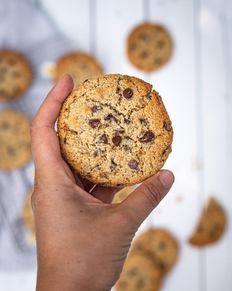 Des cookies à la purée de sésame? Et pourquoi pas ! Tahini, huile d'olive et chocolat noir, un mélange qui fonctionne à merveille. En plus ils sont véganes et sans gluten, on vous redemandera, c'est sûr !