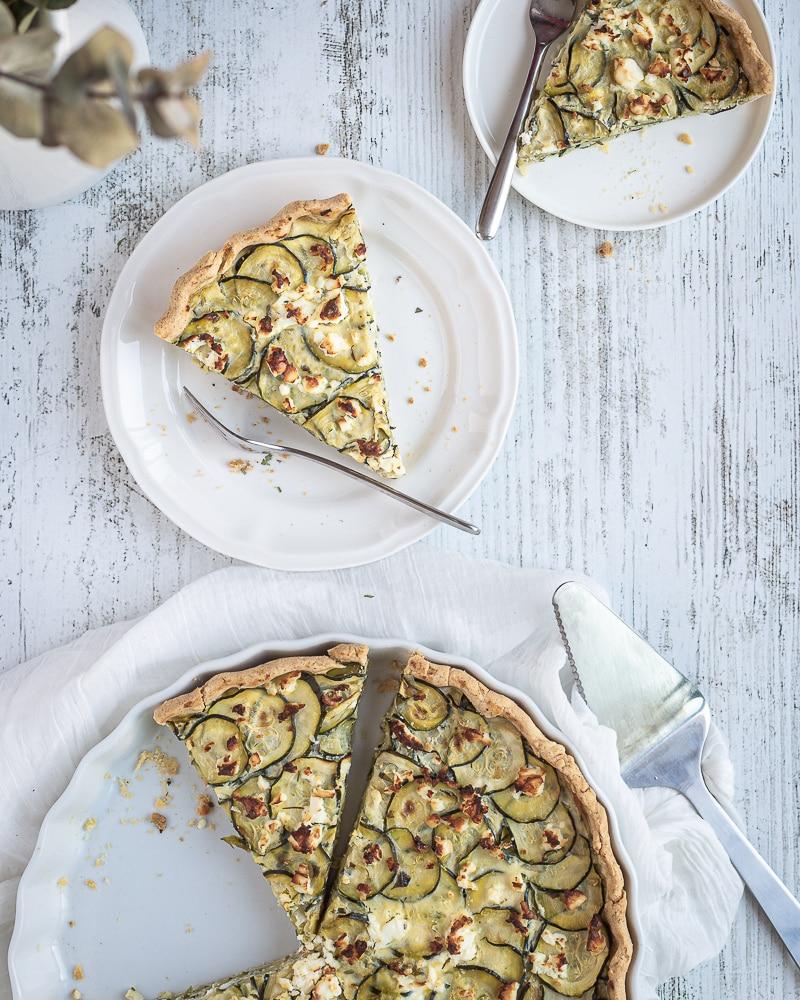 Voici une recette simple et délicieuse de quiche à la courgette et à la fêta, légèrement parfumée à la menthe !  Cette recette est végétarienne !