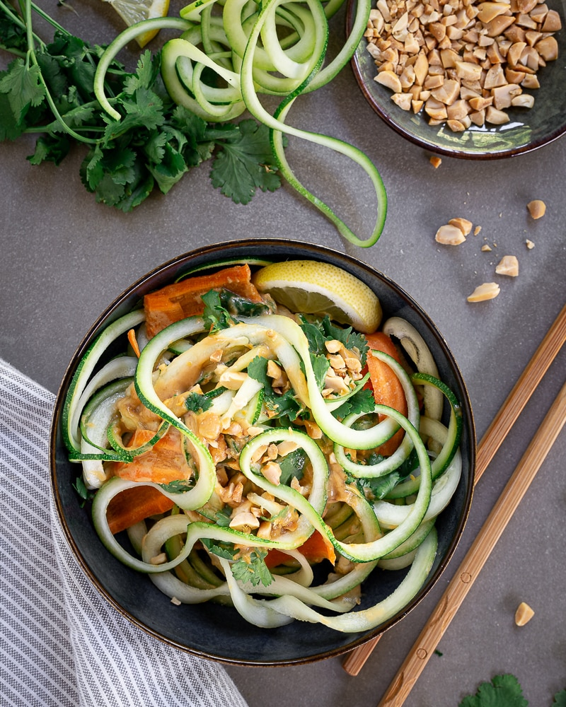 Salade de Nouilles de Courgette Crue à la Sauce Cacahuète