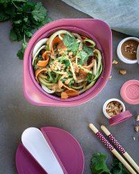 Envie de tester une recette avec des courgettes crues ? Cette salade est parfaite pour cela ! Avec une petite sauce à la cacahuète pour mettre un peu d'évasion dans votre assiette ! Et en plus.. ça rime !