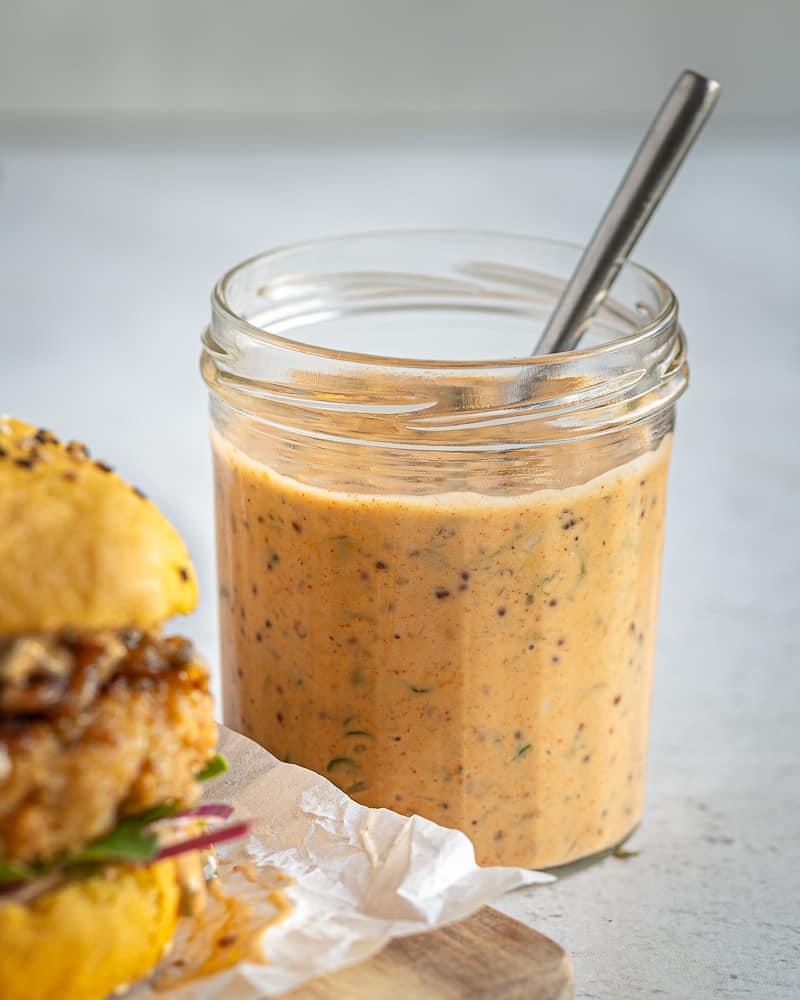 Voici la recette de mon tout dernier burger végétarien ! Réalisé avec des buns à la patate douce, une belle galette aux haricots blancs et des oignons caramélisés à la bière ! Un régal !