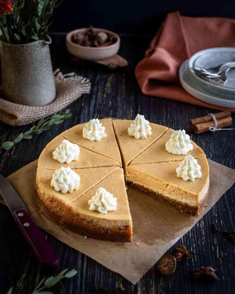 C'est l'automne ! C'est pas moi qui le dit, c'est ce merveilleux cheesecake façon pumpkin pie ! Il est composé d'une couche de cheesecake nature surmontée d'une couche de cheesecake au potimarron et aux épices, le tout sur un biscuit à la cannelle ! Une idée originale de dessert pour la saison des courges.