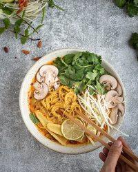 Voici une recette simple et rapide à réaliser de soupe de coco-citronnelle vegan, d'inspiration thaî !