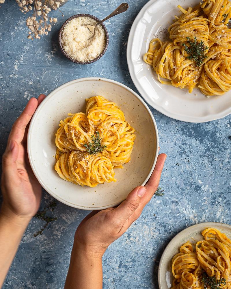 Vous êtes à la recherche d'une recette simple et crémeuse pour accompagner vos pâtes ? quelque chose de saison, à base de courge, et 100% vegan ! Ne cherchez plus ! Voici la crème de butternut !