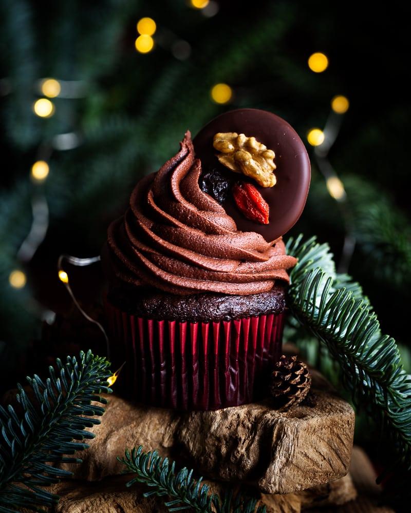 Des cupcakes chocolat noisette véganes inspirés par le traditionnel mendiant des fêtes de fin d'année. Un gâteau moelleux au bon goût de cacao avec des morceaux de noisettes torréfiées, un glaçage au chocolat onctueux avec seulement 3 ingrédients et un beau mendiant pour couronner le tout ! Un vrai dessert de fête.