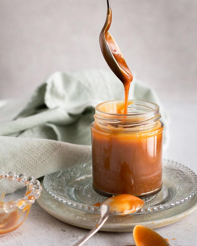 L'incontournable caramel au beurre salé fait maison ! Le topping idéal qui se tartine, s'étale, se garnit et plus si affinité… Avec en bonus, une technique de préparation sans passage par la case : réalisation d'un caramel à sec (qui fait peur).