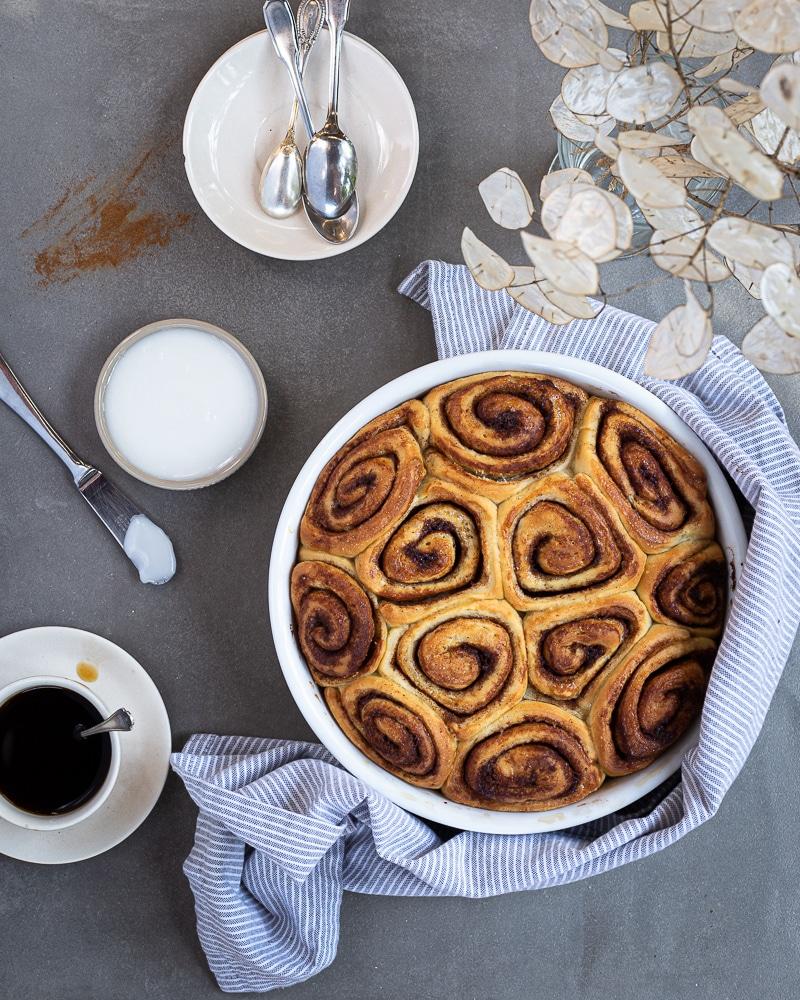 De délicieux cinnamon rolls vegan, ultra moelleux et super faciles à faire ! Pétrir, rouler, cuire et voilà ! Peut être quelques étapes intermédiaires comprenant du sucre et surtout beaucoup de cannelle.
