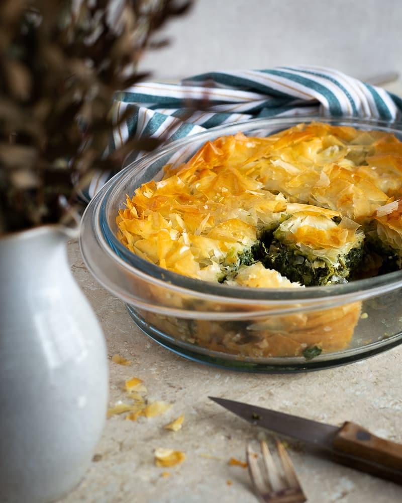 La spanakopita, cette spécialité grecque, un délicieux feuilleté aux épinards et à la fêta, vous connaissez ?  C'est un de mes plats préférés, et c'est vraiment simple à préparer ! Une garniture d'épinards, de fêta et d'herbes fraîches, des feuilles de filo croustillantes, et le tour est joué !