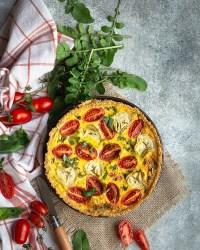 Voici une recette de quiche sans pâte, avec un fond au quinoa et un bel appareil aux artichauts, tomates cerises et parmesan ! Cette recette est végétarienne