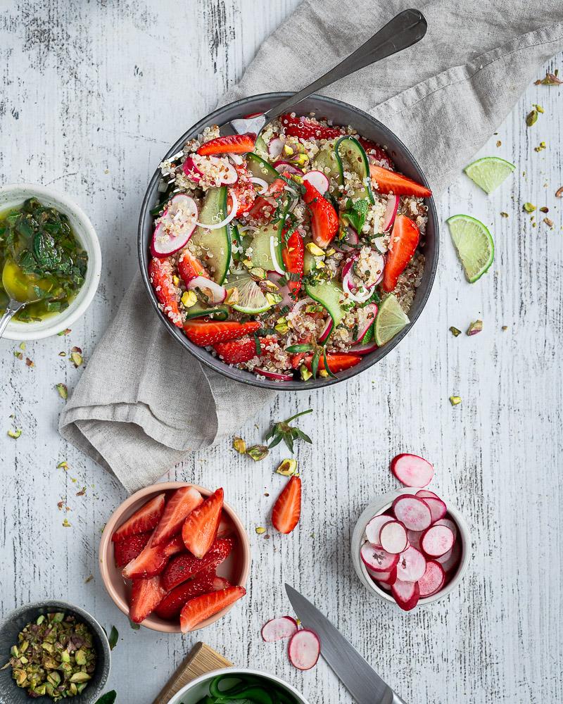 Un Taboulé revisité au quinoa avec des tagliatelles de concombres, quelques radis émincés, le tout saupoudré de pistaches concassées et d'une vinaigrette à la menthe et au citron vert. Idéale en accompagnement ou toute seule pour un déjeuner coloré qui fera voyager vos papilles !