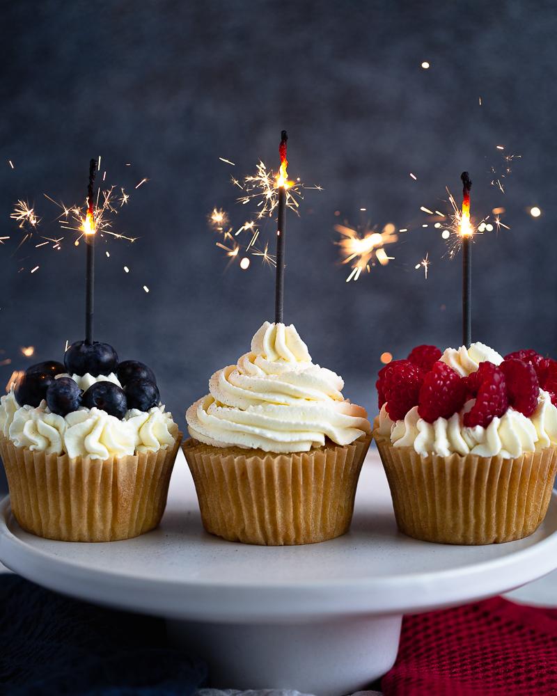 Tout simplement les meilleurs cupcakes vegan à la vanille ! Ultra moelleux, ils sont parfaits pour les anniversaires et autres célébrations. Faciles et rapides à faire.