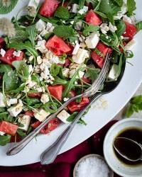 Voici mon péché mignon de l'été : la salade à la pastèque, oquette et feta ! Une salade toute simple, super fraîche, qui change des salades classiques :)