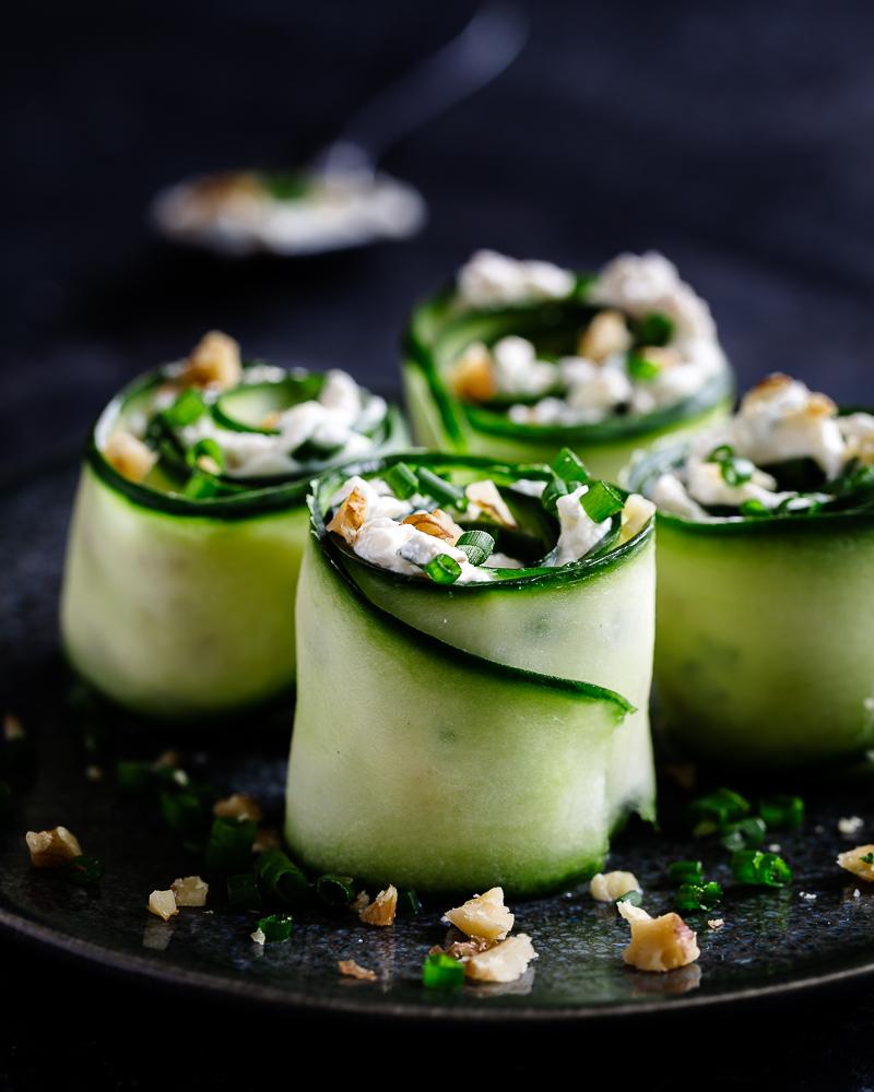 Voici une recette parfaite pour l'apéro et pour les petits ! Des roulés de concombre au fromage frais, noix et ciboulette ! Ils sont classes, pratiques et très simples à préparer !