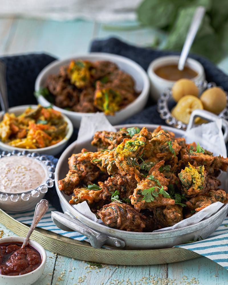 Découvrez ces beaux beignets Courge Épinards à l'Indienne ! Plein de bons légumes et bien épicés, ils vous transporterons loin loin loin !