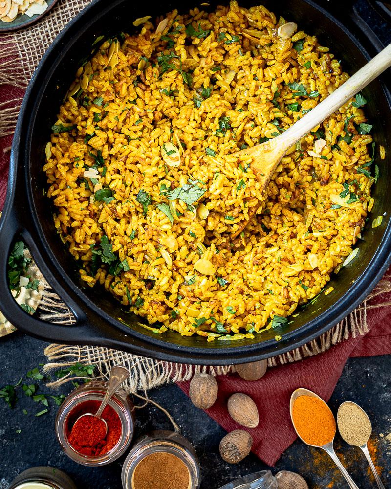 Ce riz coco aux épices a tout ce qu'il faut pour vous emmener loin ! Sur une base de riz long blanc, on ajoute de belles épices parfumées et de la crème de coco, avec une cuisson lente ! Miam ! Un délice !