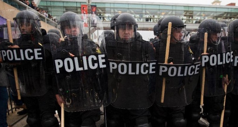Riot police holding their position during a protest in Baltimore, Maryland against the death of Freddie Gray while in police custody, on April 25, 2015 (AFP Photo/Andrew Caballero-Reynolds).