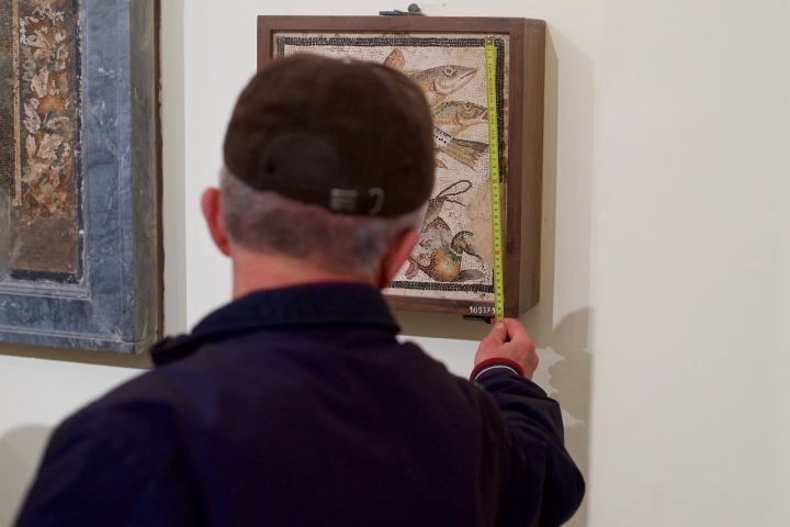 Visitor at the National Archaeological Museum in Naples, from Stefan Drashan's Tumblr, People Touching Artworks (all photos courtesy Stefan Drashan).