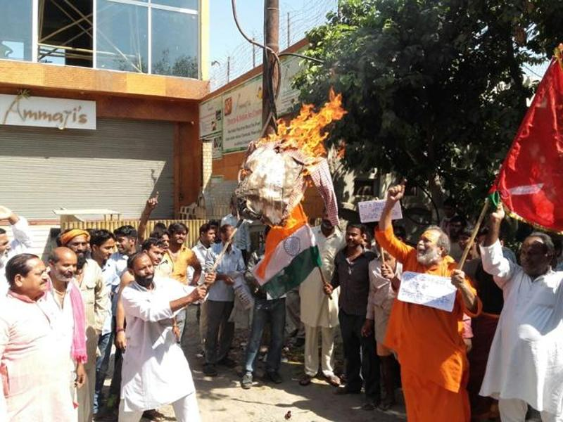 Protesters burn an effigy of Swami Balendu in Vrindavan on Friday. (HT Photo)