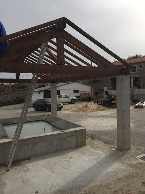 Construção de um telhado no tanque de lavar roupa comunitário – Zava