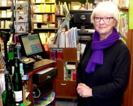 Frau Hallensleben schenkt den Gästen Wein ein