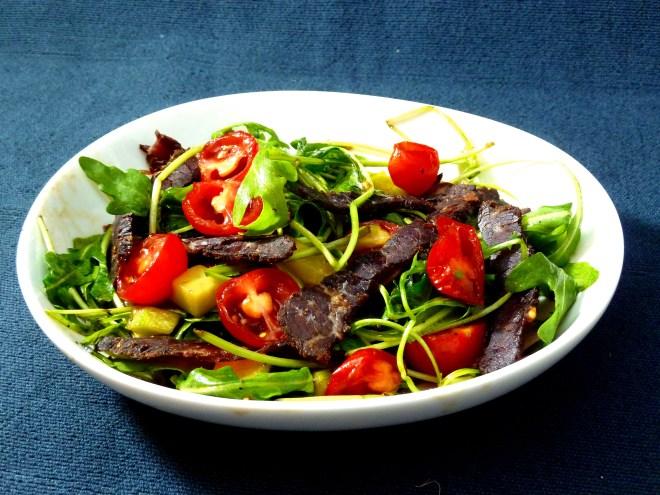 BüroSnack: Luftgetrocknetes Weide-Rind von Paleo Jerky auf Rucola-Salat
