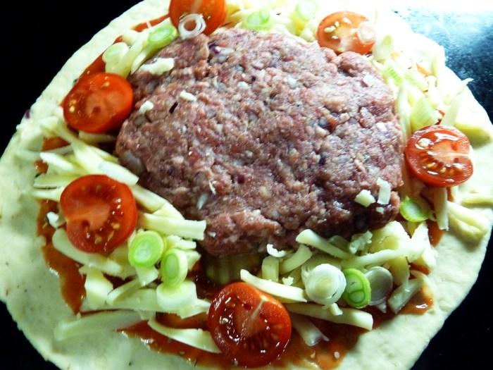 Belag Step 2: Beef Patty, Geraspelter Käse, Frühlingszwiebeln und Cherrytomaten