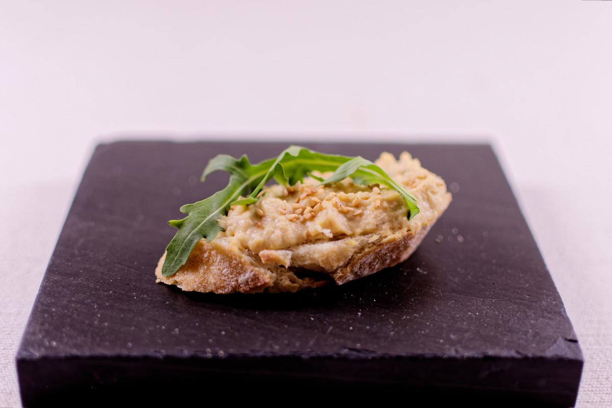 b ro snack vegan canap s mit hummus rucola und argan l. Black Bedroom Furniture Sets. Home Design Ideas