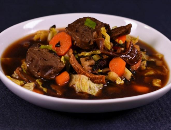 Dark Miso Style: Rindfleisch  Gemüse  Nori Olivenblätter
