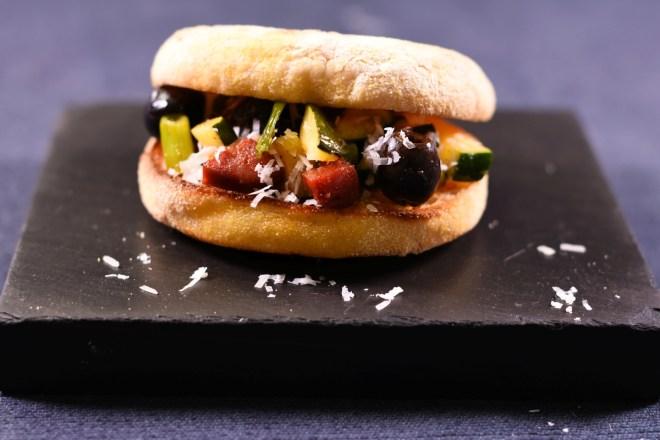 Smoky Burger Zucchini Chorizo Parmesan Oliven Zwiebeln