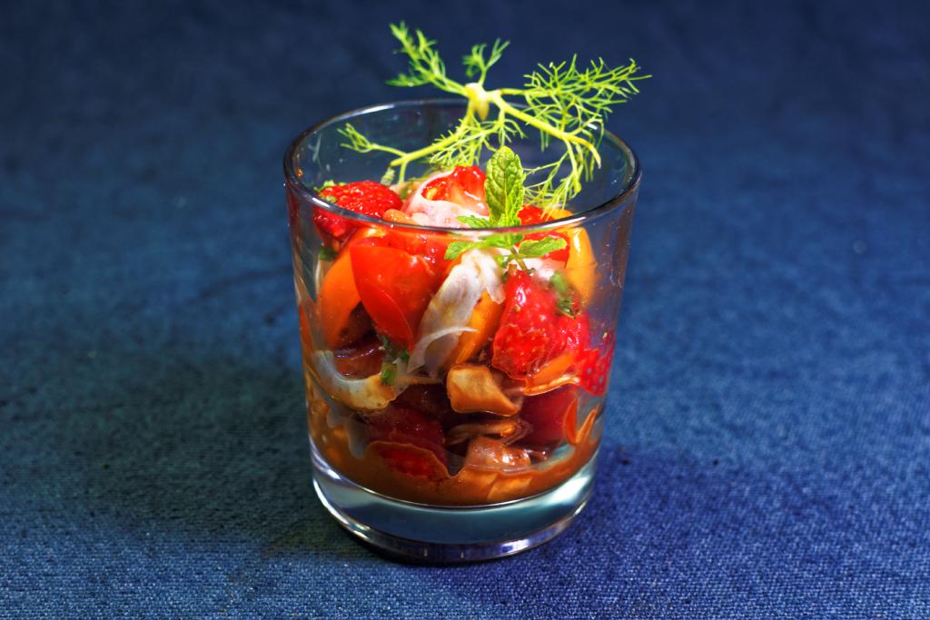 Fruchtiger Salat mit Erdbeeren, bunten Minitomaten und Fenchel