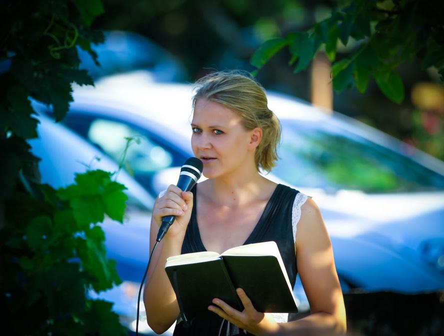 Das Foto zeigt die freie Traurednerin Ingrid Rupp mit Mikrofon bei einer freien Trauung in der Nähe von Heidelberg