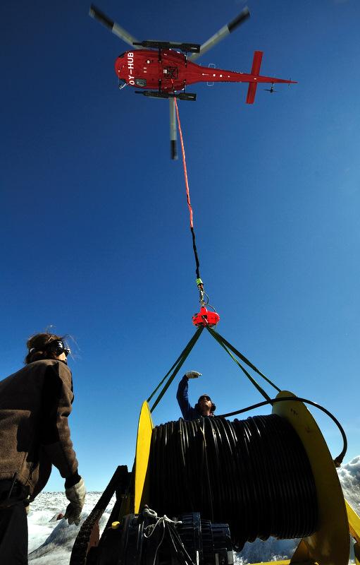 Ankunft der Ausrüstung mit Hubschrauber
