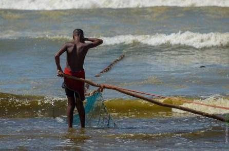 Fischerjunge bei Fish Hoek Südafrika