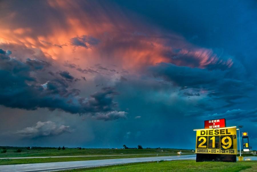 Eine Superzelle taucht in die Nacht bei Decatur,Texas im Mai 2009