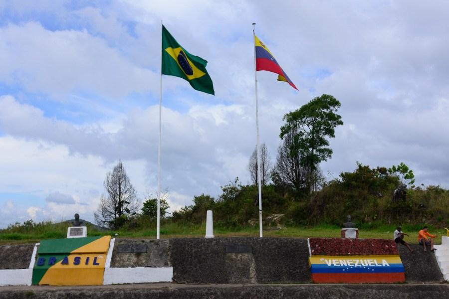 Flaggen an der Grenzstation Venezuela Brasilien