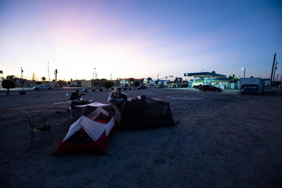 Campen neben Tankstelle