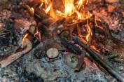 Lagberfeuer mit Kartoffeln darin